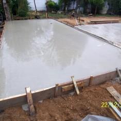 Die Bodenplatte für die übergroße Garage 9,00 x 4,27 m wurde gegossen