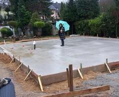 Die Bodenplatte für die übergroße Garage 9,00 x 4,27 m wurde gegossen.