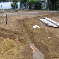 Die ersten Leerrohre für Hausanschlüße, Telekom, Strom, Wasser usw. werden in einem Graben gelegt.