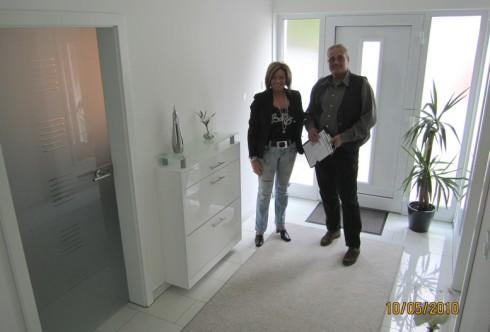 Artos Bauleiter Thomas Braun und Bauherrin Anke nach Hausübergabe