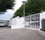 Das Carport und das elektrische Schmiedeeisen-Zufahrtstor.