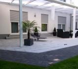 Eine über 9,50 Meter breite Aluminium-Terrassenüberdachung / Teil Wintergarten schützt die mit rund 50 qm großzügige Terrasse vor Regen und Schnee...