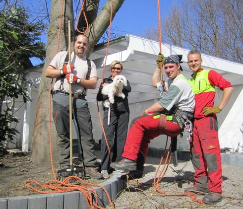 Das Team vom Baumhörnchen-Express mit Bauherrin Anke