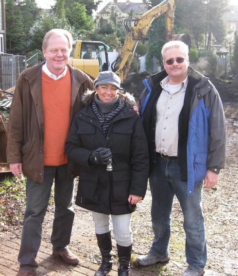 Die Bauherrin mit dem freundlichen Artos Verkaufsberater Ernst Berger und dem netten Bonner Artos-Bauleiter Thomas Braun