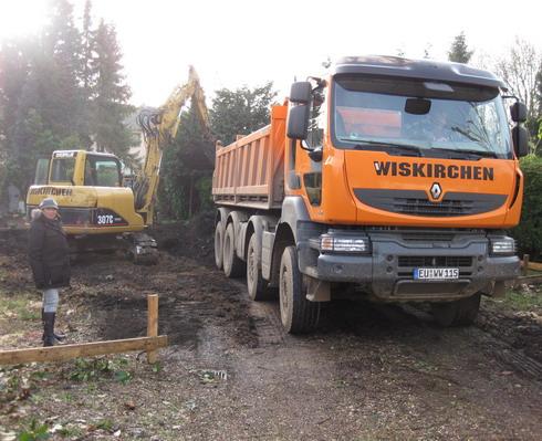 Zwei 4-Achser LKW's zur Abfuhr des Erdreiches waren im Einsatz