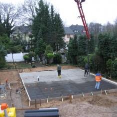 Die Bodenplatte wird gegossen und abgezogen