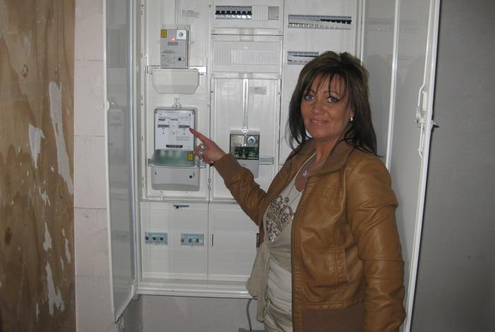 Bauherrin Anke vor dem Stromzählerschrank in der Bauphase