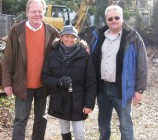 Ernst Berger, Artos Vertriebsmann, links im Bild, zusammen mit Bauherrin Anke und Artos Bauleiter Thomas Braun
