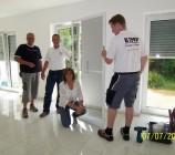 Artos Bauleiter Thomas Braun und das TMP Team mit Bauherrin Anke im Wohnbereich, wo auch an den Terassentüren die auf Maß angefertigten Insektenschutztüren eingebaut wurden.