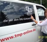 Ein TMP Firmenwagen bringt Bauherrin Anke den Insektenschutz für die 18 Fenster der Stadtvilla.