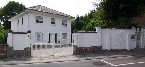 Status 7.7.2010 - die Stadtvilla und der Vorplatz mit dem grossen elektrischen und kameraüberwachten Schmiedeeisen-Zufahrtstor.
