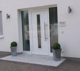 Den fast fertigen Eingangsbereich unserer Stadtvilla zieren nun zwei Buchsbäume, die in aus Mallorca mitgebrachten schicken und modernen Edelstahl-Kübeln eingepflanzt sind.