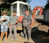 Bauherrin Anke, die kleine Kira und zwei der netten Mitarbeiter der Fa. Wiskirchen, hier im Bild Mohamed und Willy.