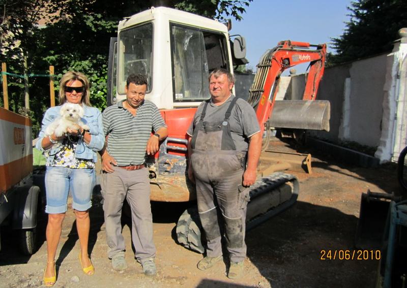 Bauherrin Anke, die kleine Kira und zwei der netten Mitarbeiter der Fa. Wiskirchen, hier im Bild Mohamed und Willy bei den Arbeiten für die maßangefertigte Carport Anlage
