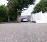 Teil unseres Vorplatzes mit eigener Zufahrt mit Carport Maßanfertigung und einer übergroßen beheizten Garage