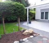 Die komplette Granit-Terrasse [rund 50 m²] ist mit überdacht. Die Aluminiumüberdachung mit Beleuchtung hat einen nicht sichtbaren intregierten Regenablauf.