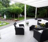 Die große überdachte uneinsehbare Naturstein Terrasse bietet rundum einen tollen Ausblick ins Grüne.