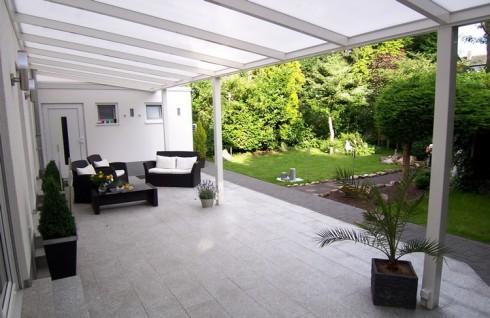 Über 50 m² Terrasse mit Naturstein granit und komplett mit Aluminiumüberdachung