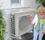 Bauherrin Anke vor der neuen Überdachung unserer Daikin Wärmepumpe